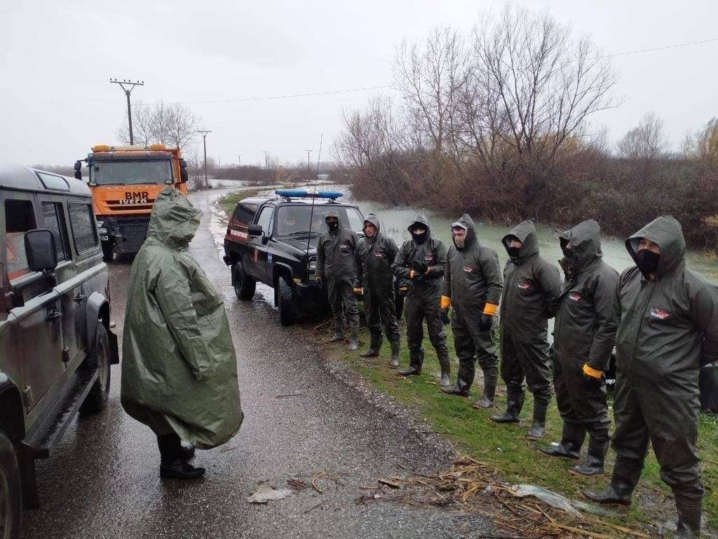 Akse të bllokuara, evakuohen banorët nga përmbytjet: Forcat e Armatosura dalin në terren