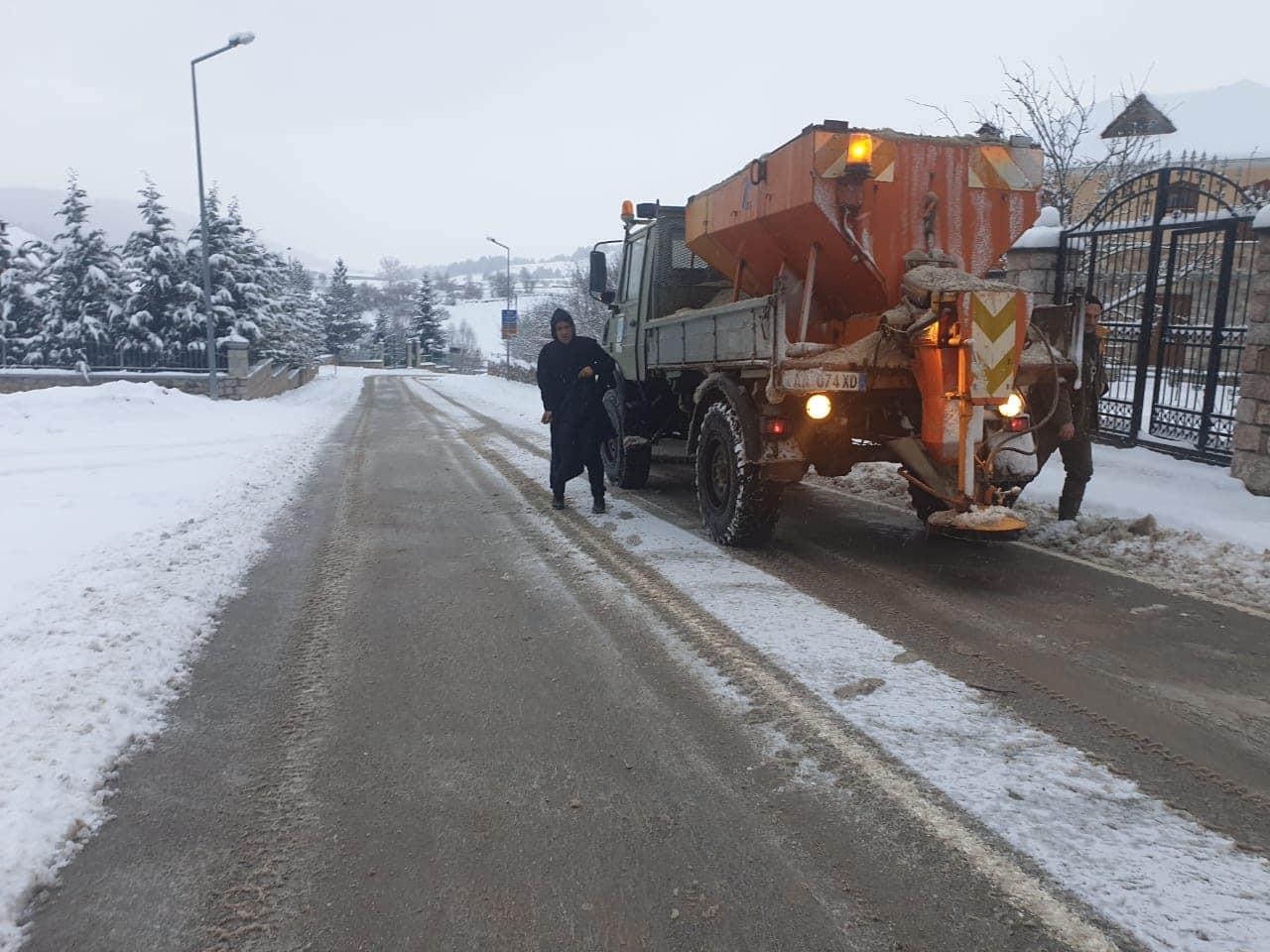 Reshjet e borës dhe ngricat në vend, ARRSH tregon situatën në akset rrugore