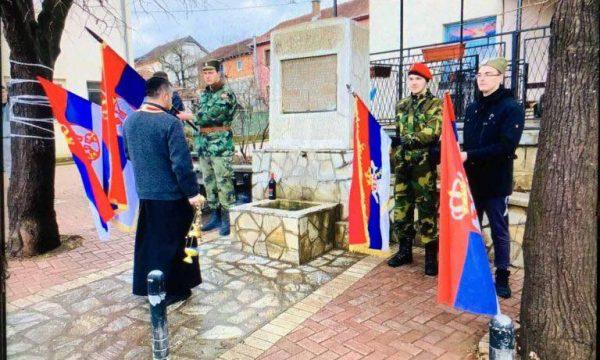 Persona me uniformë ushtarake serbe shihen brenda territorit të Kosovës