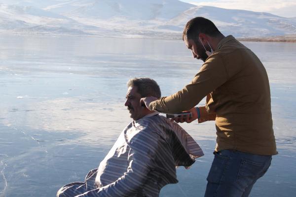 VIDEO/ Habit berberi, qeth klientët mbi liqenin e ngrirë