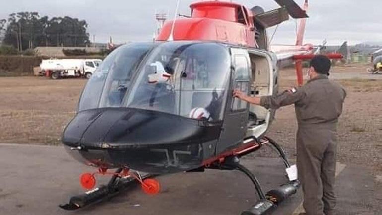 Droni thyen xhamin dhe futet brenda helikopterit ushtarak, shastiset piloti