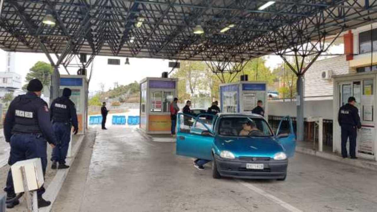 """I kishte fshehur në valixhe dhe po ikte në Greqi, fierakut i bllokohen 50 mijë € brenda """"Toyota""""-s"""