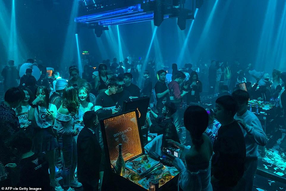 Një vit pasi u futën për herë të parë në karantinë, të rinjtë e Wuhan-it mbushin klubet e natës