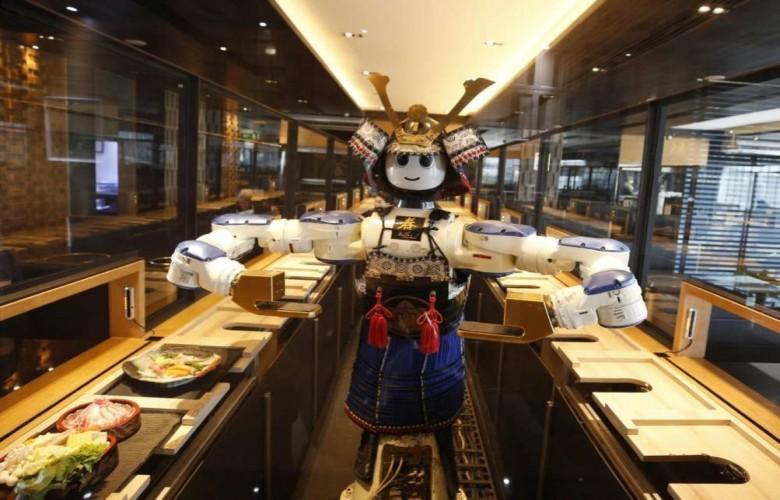 FOTO/ Robotë janë kamarierët, restoranti japonez cilësohet më i sigurti ndaj pandemisë