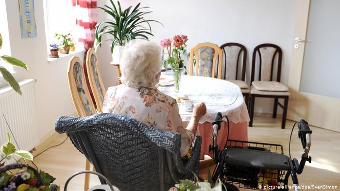 DW: Koronavirusi dhe sulmet ndaj të moshuarve