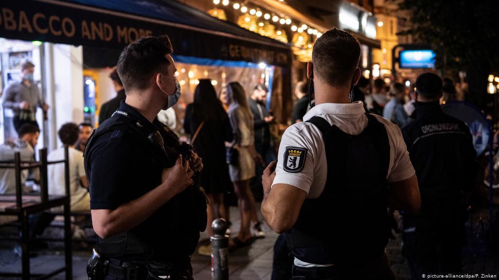 Policët franceze festojnë duke shkelur rregullat e pandemisë