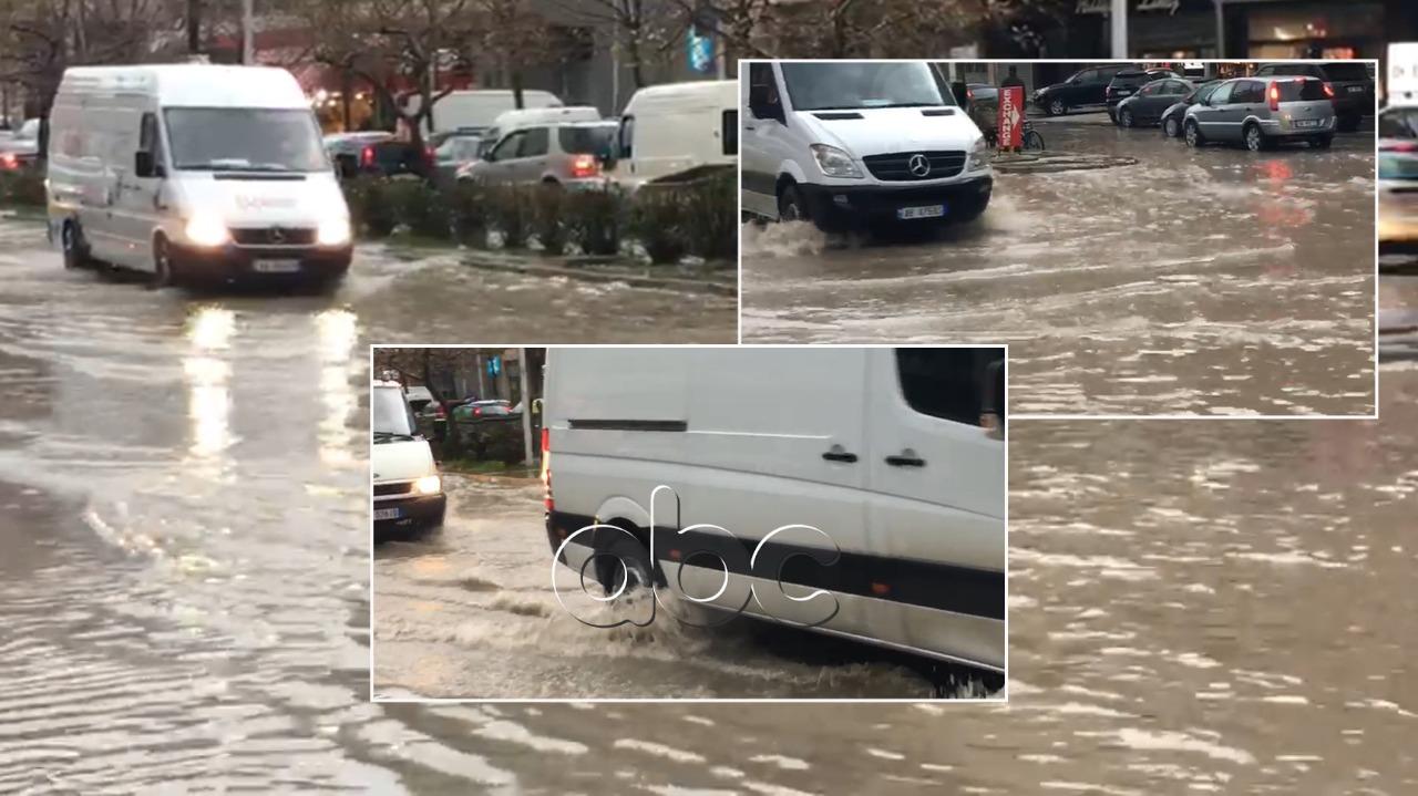 Rrugët në portin e Vlorës të mbushura me ujë, bashkia apel qytetarëve: Bëni kujdes