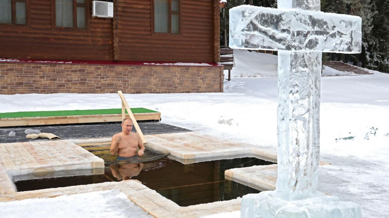 VIDEO/ Në temperatura nën 20 gradë, Putini zhytet në ujin e akullt për të nderuar Epifaninë