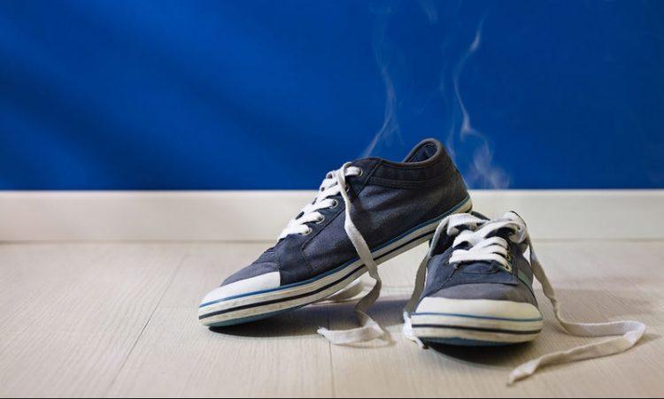 Truku me çaj që eleminon erën e keqe nga këpucët