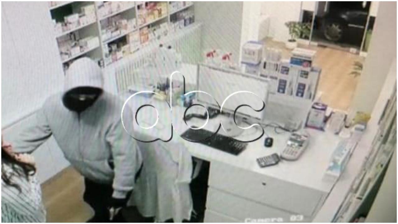 FOTO/ Momenti kur grabitësi futet brenda banakut dhe kërcënon farmacisten me pistoletë lodër