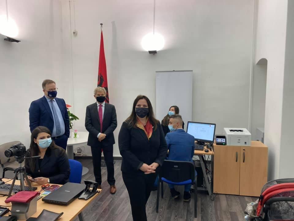 Lajm i mirë, nis shërbimi për pajisjen me pasaportë të shqiptarëve në Itali