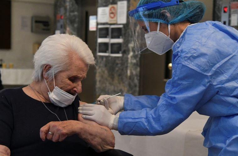 Të mbijetuarit e Holokausit vaksinohen kundër Covid në ditën e Kujtesës
