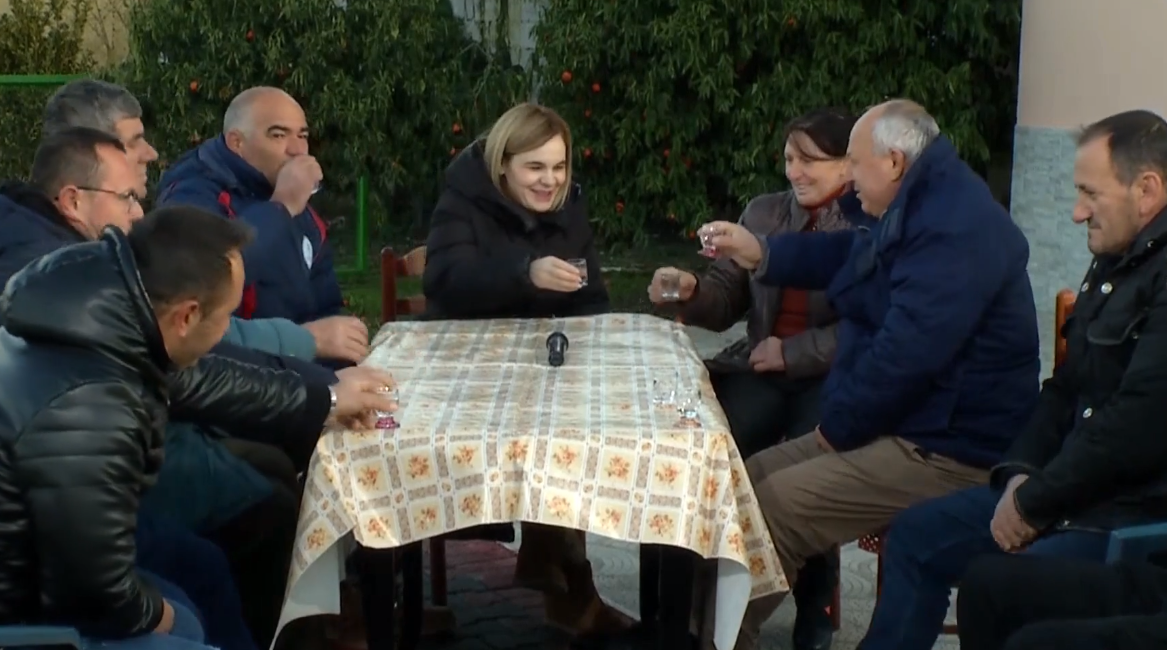 Kryemadhi ngre dolli me raki në Elbasan: Mposhtim të ftohtin, qeveria e ka radhën më 25 prill