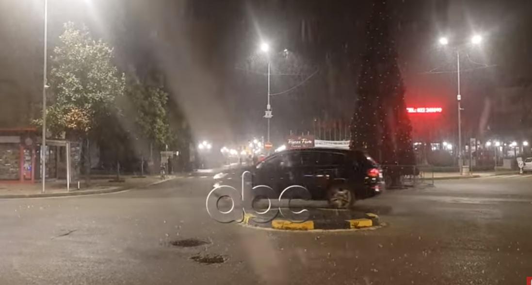 VIDEO/ Reshjet e dëborës zbardhin qytetin e Shkodrës pas dy vitesh