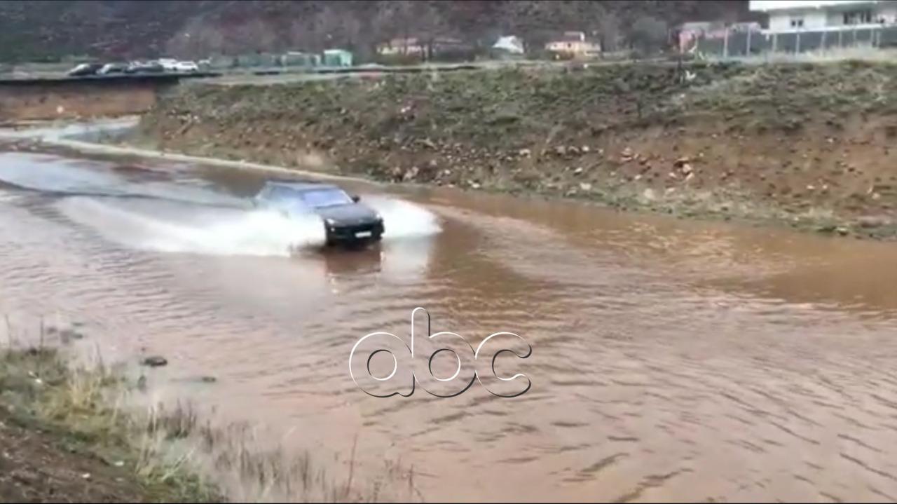 Reshjet intensive, uji mbulon rrugën në Bulqizë