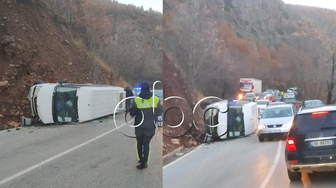Furgoni me pasagjerë përplaset me automjetin në aksin Librazhd-Prrenjas, një i lënduar