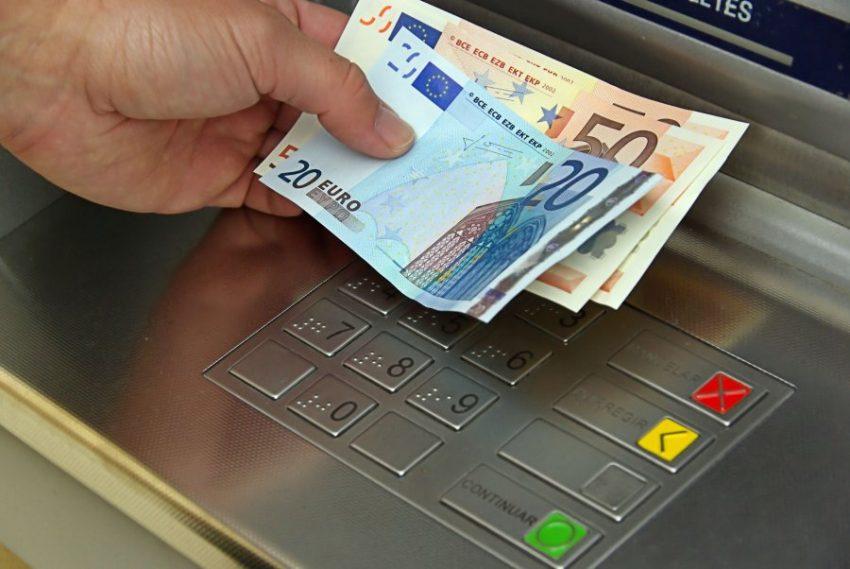 Dyshohet se i vodhi paratë klientes, nisin hetimet për përgjegjësen e bankës në Sarandë