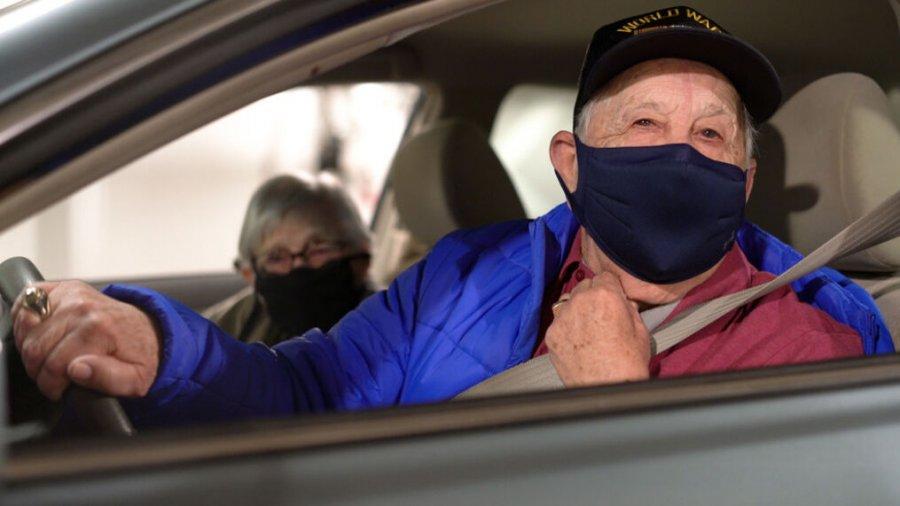 Në 73-vjetorin e martesës, çifti i të moshuarve vaksinohen kundër Covid-19