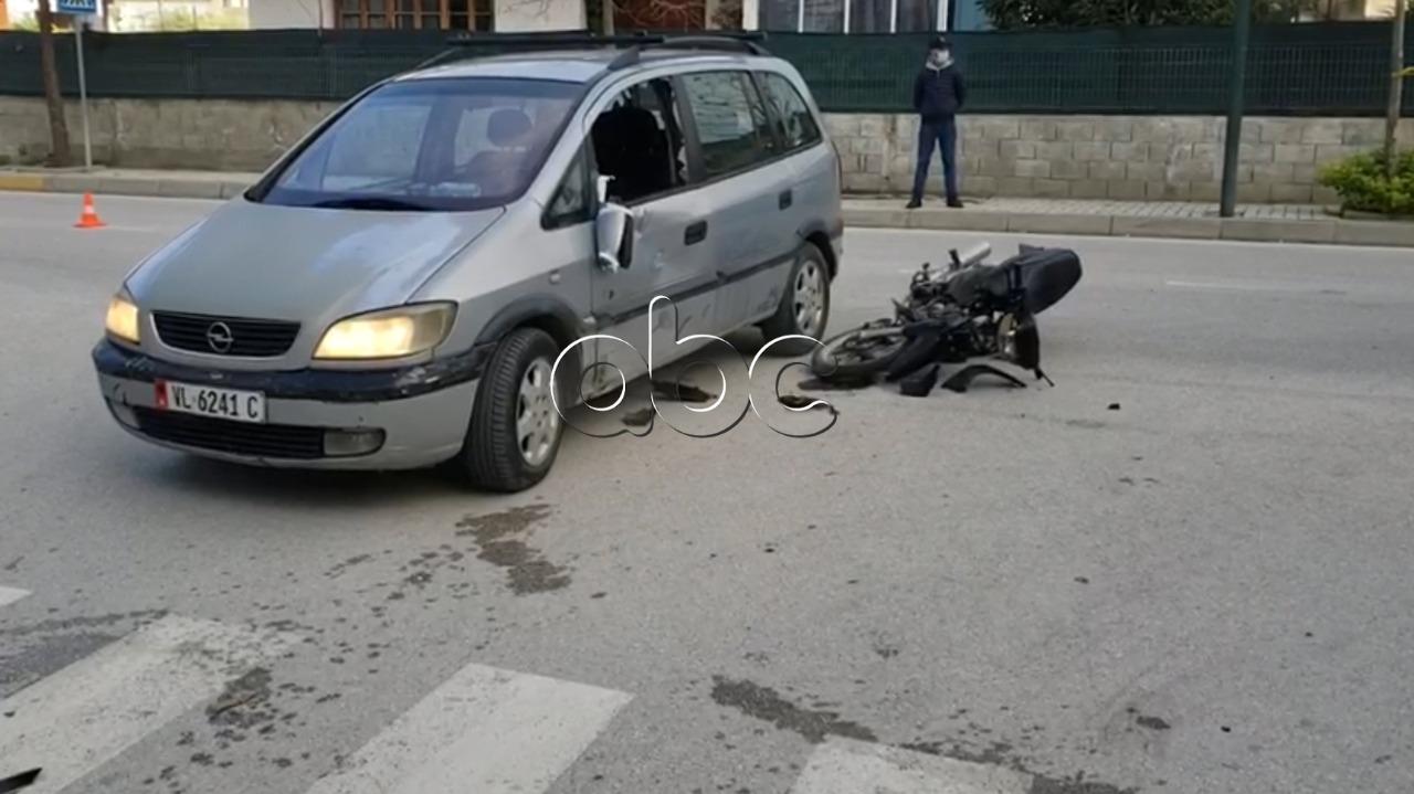 Motori përplaset me automjetin në Vlorë, dy të lënduar
