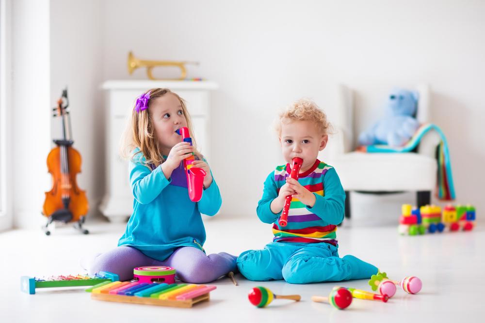Pse është e rëndësishme që fëmijët të mësojnë një instrument muzikor