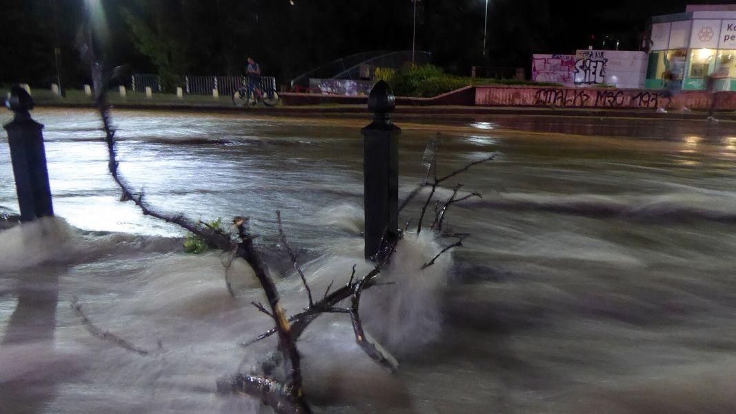 Dy herë brenda pak ditëve, stuhia përmbyt tokat në Kurbin, rrezikohen shtëpitë