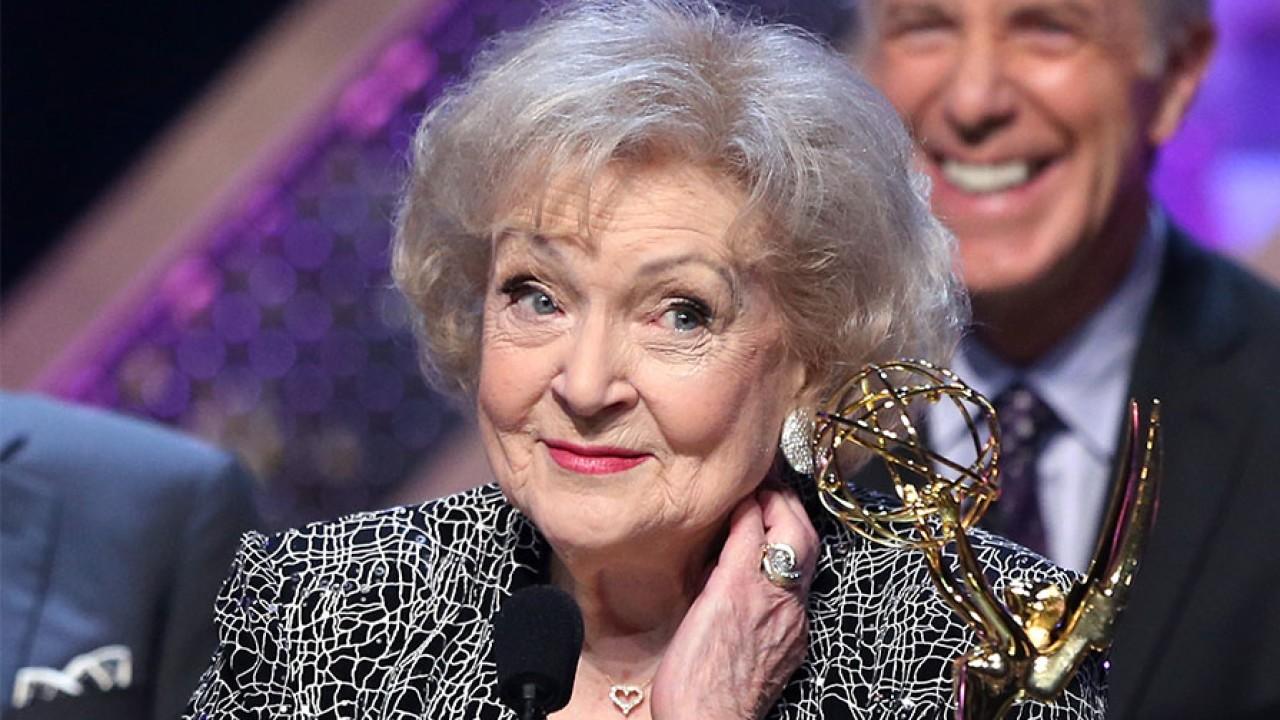 Festë në Hollywood, aktorja Betty White mbush 99-vjeçe