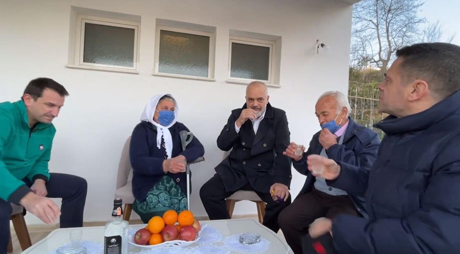 """""""Të hyjë gruaja njëherë o Gëzim"""", Rama viziton familjet në Zall-Herr"""