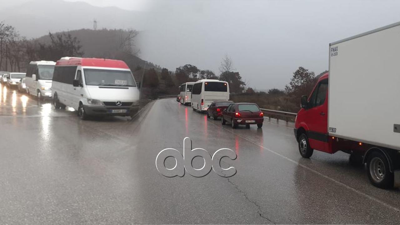 Rrëshqitjet e dheut bllokojnë aksin Qukës-Përrenjas, radhë kilometrike në dy krahët e rrugës