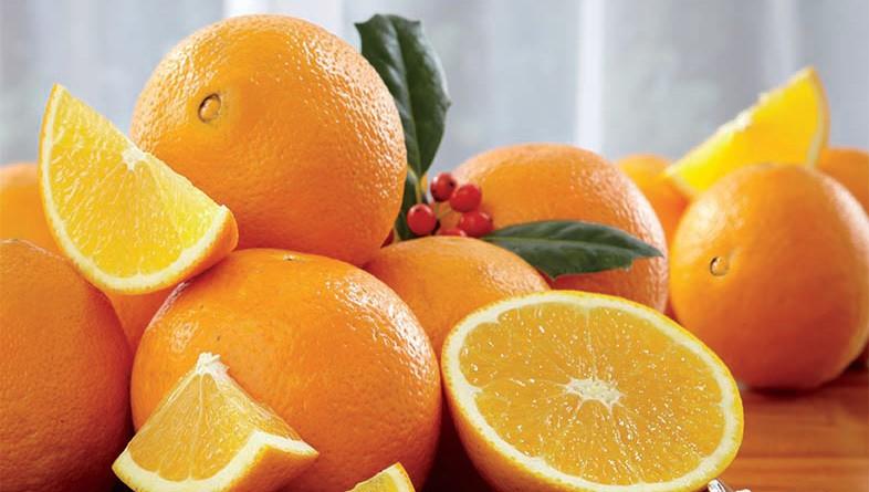 Nuk pranuan të kryenin pagesën shtesë në aeroport, katër kinezë hanë 30 kilogram portokaj