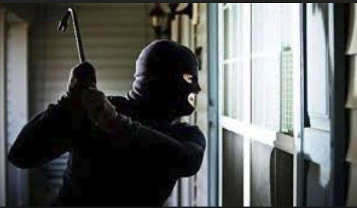 Dy të maskuar tentojnë të grabisin 70-vjeçarin në Kavajë, dhunojnë të moshuarin e largohen