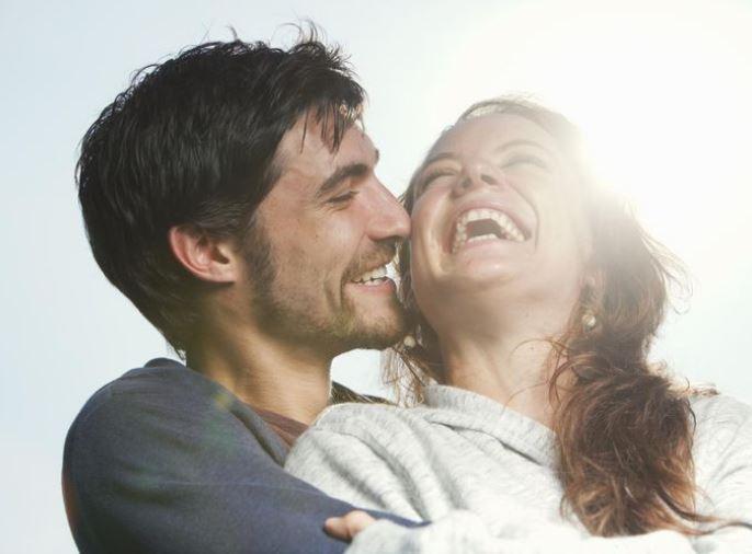 Çfarë ndodh me trupin tuaj kur qeshni shumë