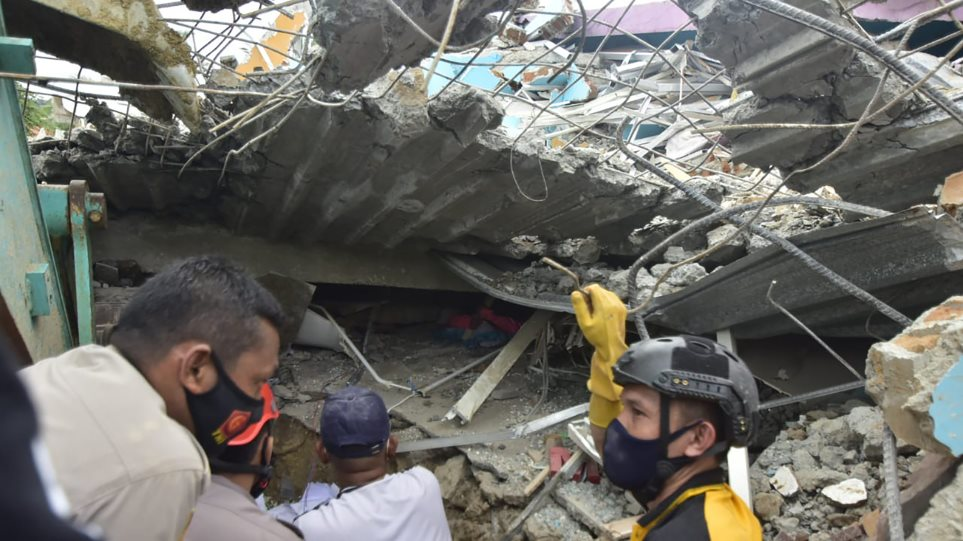 VIDEO/ Tërmeti i fuqishëm në Indonezi: Shembet spitali, humbin jetën 35 persona