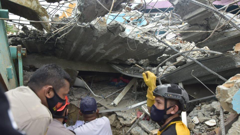 Tërmet i fuqishëm në Indonezi: Shemben ndërtesa, qindra të plagosur, humbin jetën 26 persona