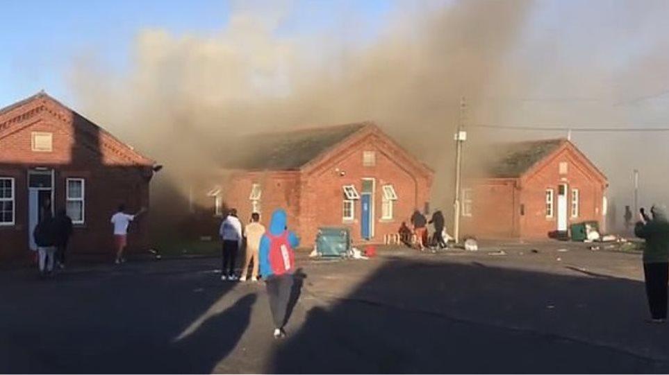 Zjarr i madh në një kazermë ku strehohen azilkërkuesit në Angli