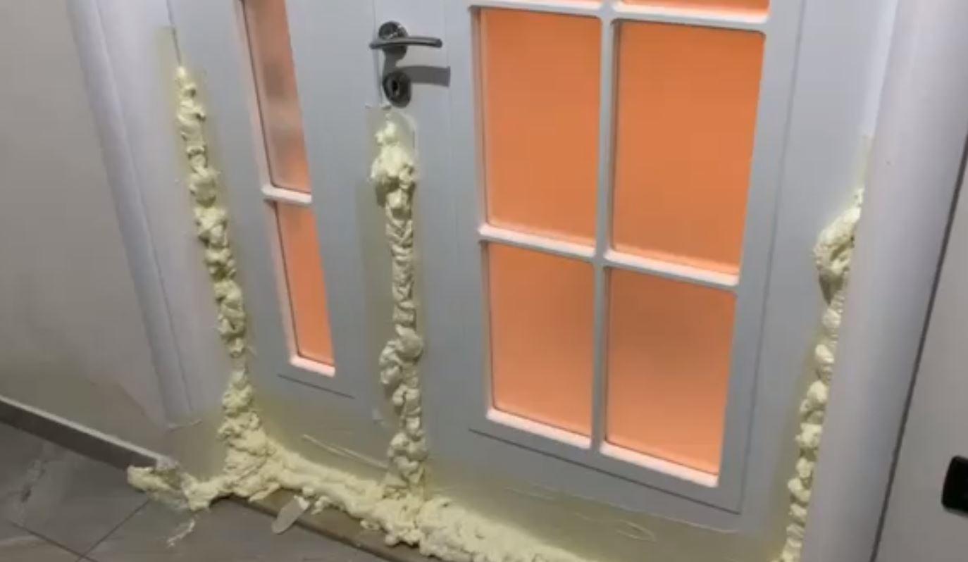 Ndodh në Durrës, qytetari mbyll derën me shkumë izoluese të mos i futet uji