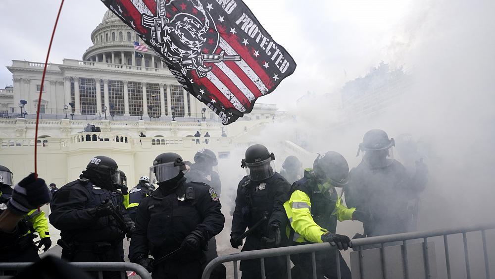 Protestat në Kapitol shpalosin qëndrimet e policisë midis njerëzve me ngjyrë dhe të bardhë