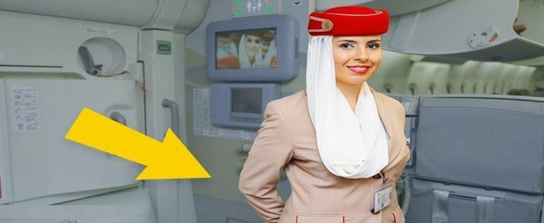 A e dini pse stjuardesat i mbajnë duart pas shpine