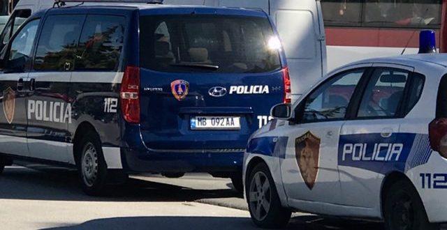 Merr flakë një automjet në Durrës