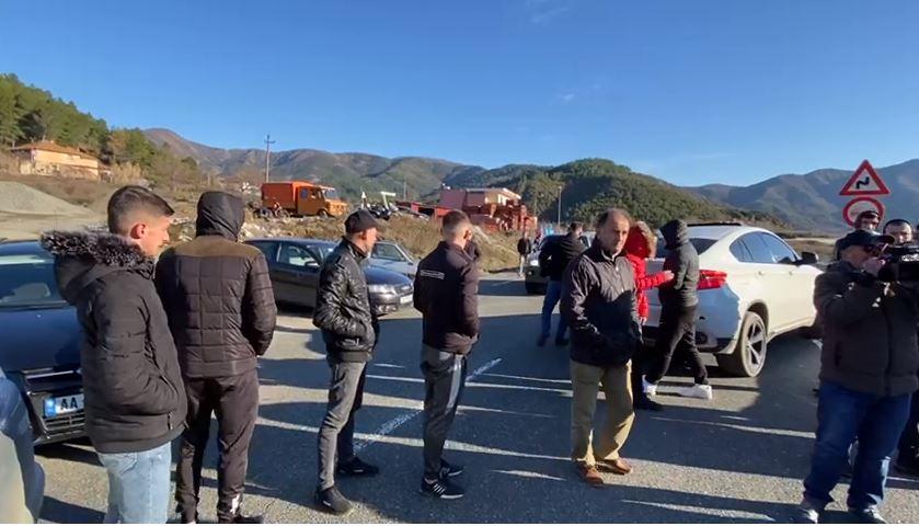 Banorët e tre fshatrave në protestë, bllokojnë rrugën e Kombit