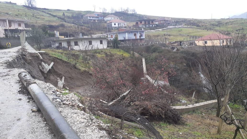 Reshjet e dendura të shiut: Rrëshqitje dheu në një lagje të Librazhdit, disa banesa të rrezikuara
