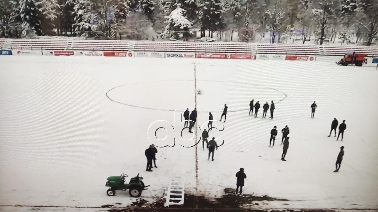 VIDEO/ Skënderbeu-Partizani në ajër, fusha e mbuluar nga bora