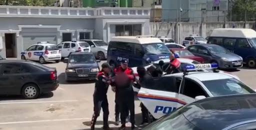 Plagosën qytetarin me sende të forta: 1 në pranga, dy të proceduar e dy të shpallur në kërkim në Tiranë