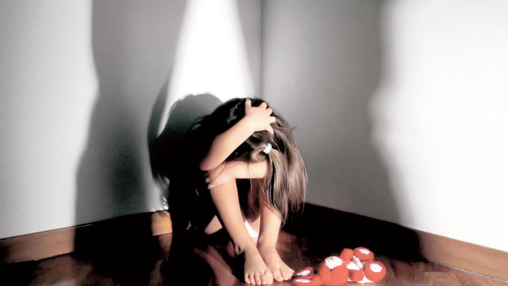 Shqiptari abuzon me të bijën për një vit rresht: Nëna ime dhe unë ishim të tijat pa kushte