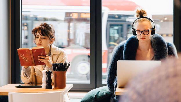 Pse puna në kafene na duket më e thjeshtë