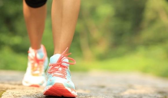 Ka një hile si mund të digjni më shumë kalori kur ecni
