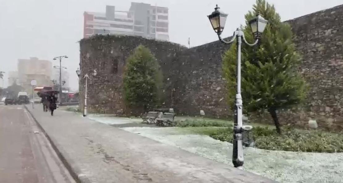 Ngrica dhe akull në rrugë, 31 qytetarë në Elbasan pësojnë fraktura