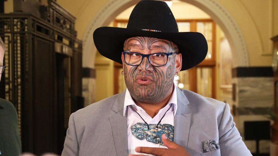 Deputeti Maori refuzon të mbajë kravatën, përjashtohet nga parlamenti