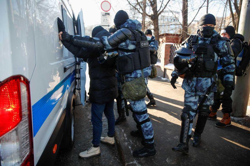 Seanca për Navalny-n, arrestohen 100 protestues pranë gjykatës