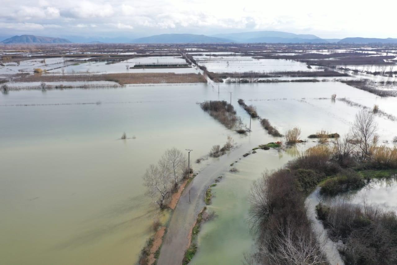 Rrugë e shtëpi të pushtuara nga uji, si paraqitet sot situata e përmbytjeve në Shkodër