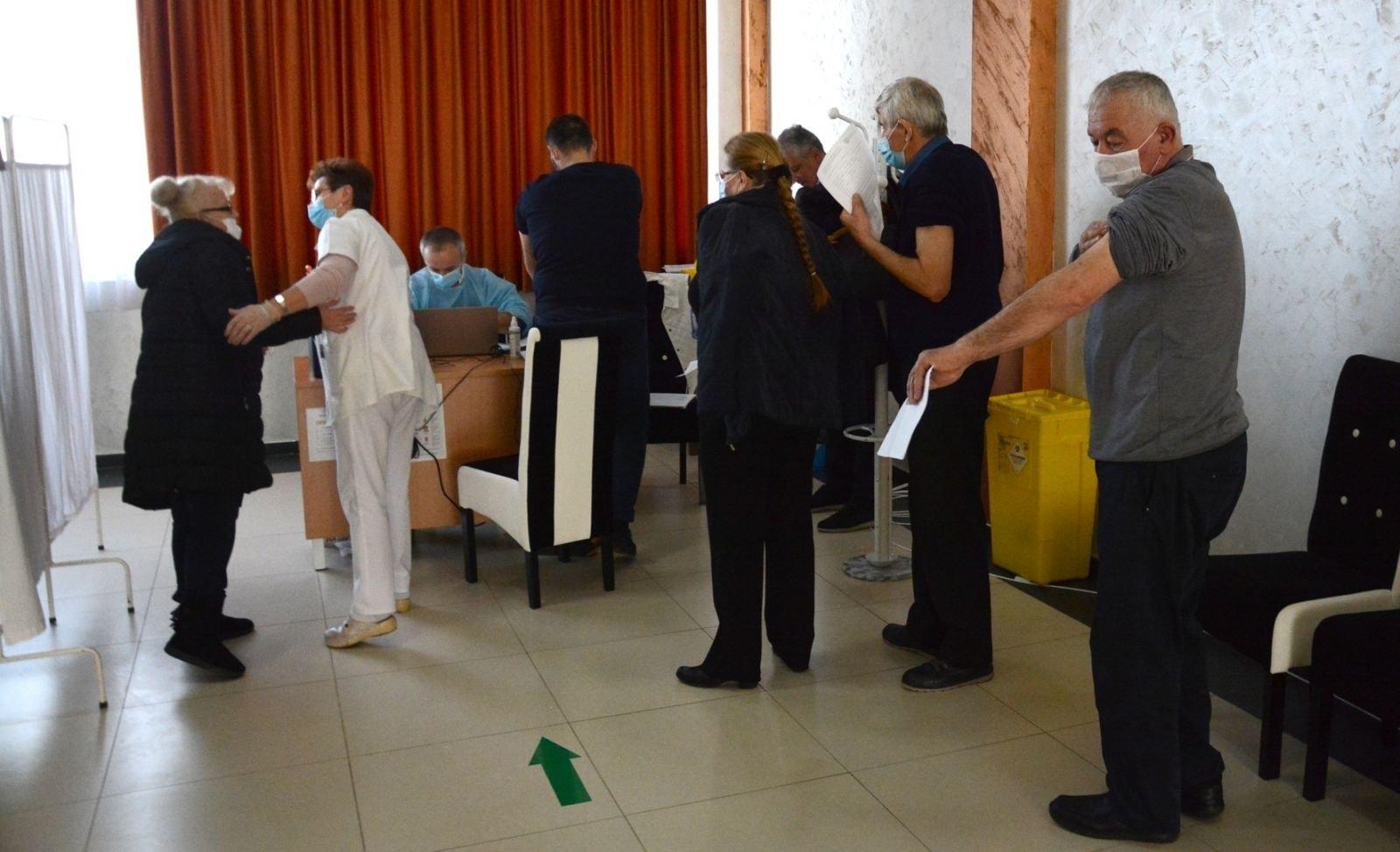 Serbia fton qytetarët nga Kosova që të aplikojnë për vaksinën anti COVID-19